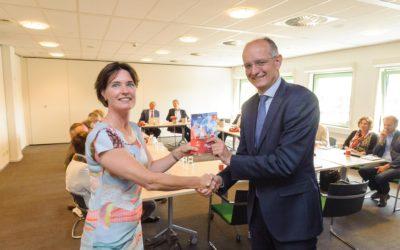 """Regio voorzitter Van Veldhuizen ontvangt """"Welcome Guide to Twente""""; Expat Center van WTC lanceert eerste gids in Twente speciaal voor expats"""