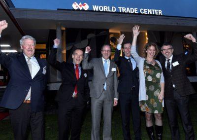 Onthulling verlichte letters en logo op het dak van het nieuwe World Trade Center Twente